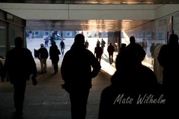 Människor i gångtunnel under resecentrum i Uppsala. Foto: Mats Wilhelm / Naturfotograferna / IBL Bildbyrå.